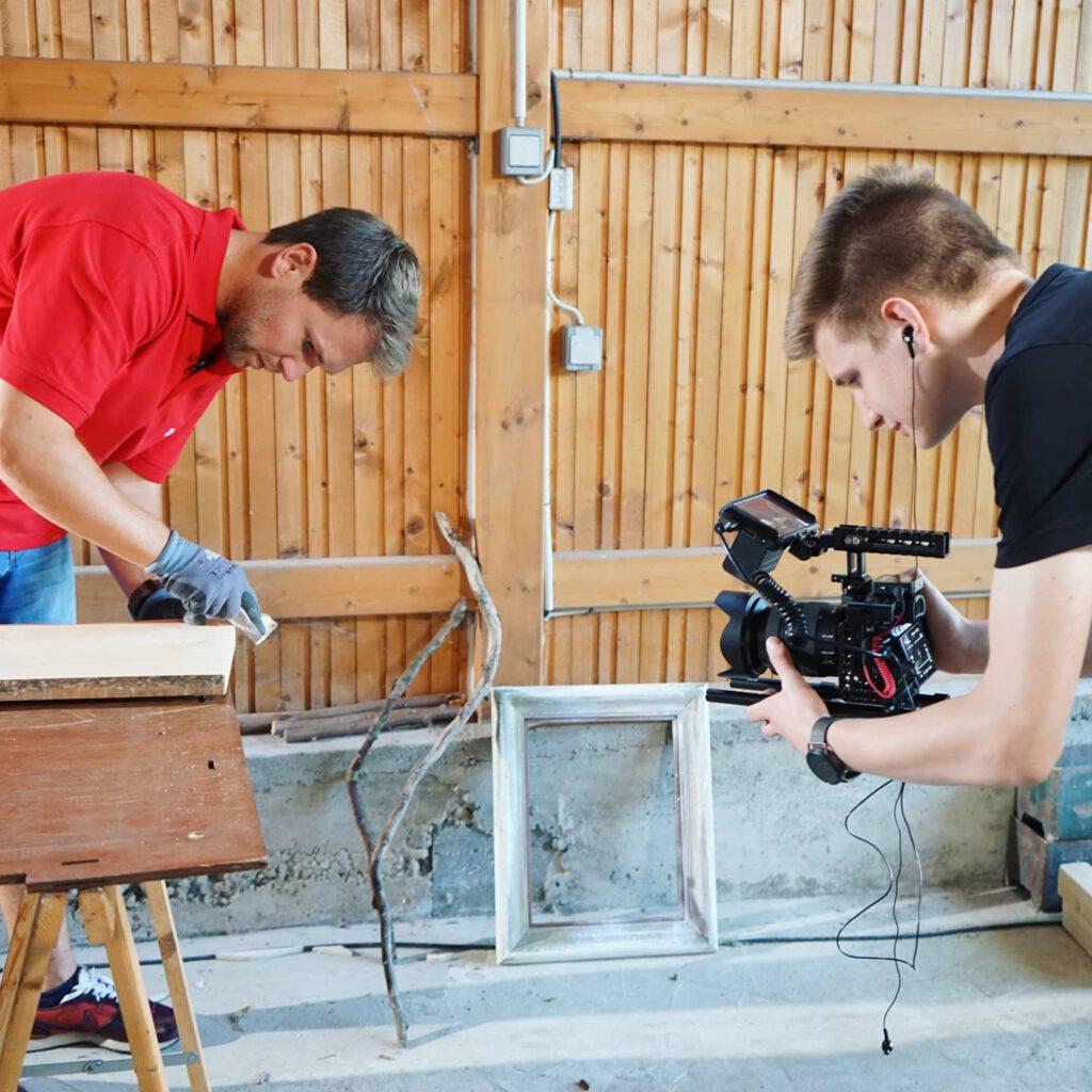 Moderator Tobias Witton baut ein Servierbrettchen und erklärt, wie einfach das Nachbauen ist. Videograf Timon Fock von OneShotFilms hält alles mit seiner Kamera fest.