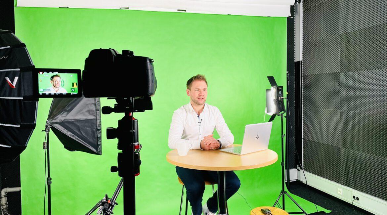 Moderator Tobias Witton als virtueller Versicherungsberater