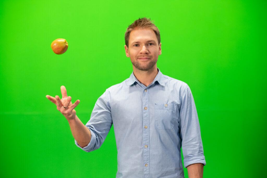 Moderator Tobias Witton moderiert Erklärfilme zu Nahrungsergäzungsmitteln und gesunder Ernährung.